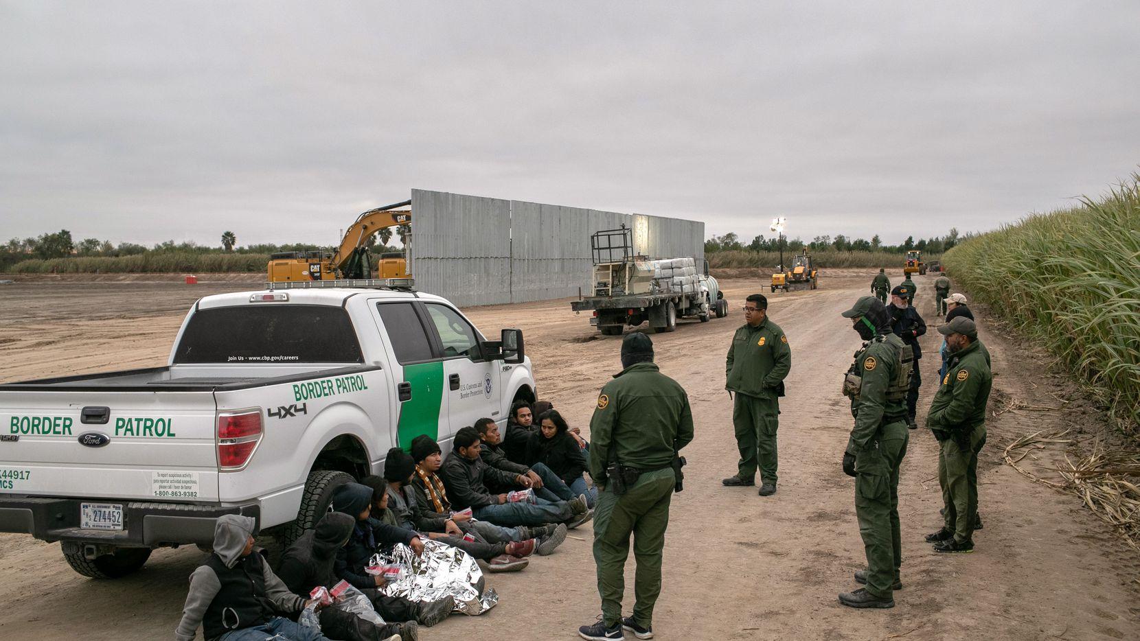 Agentes de la Patrulla Fronteriza arrestan a un grupo de personas que intentaron cruzar desde México a Estados Unidos Por la zona del Valle del Río Grande, al sur de Texas.