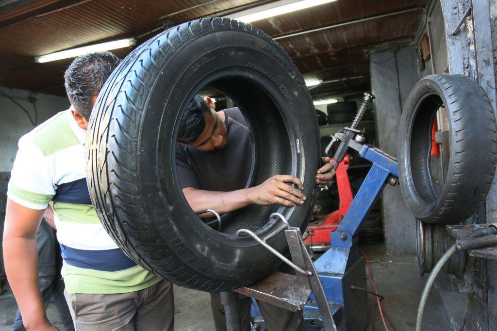 Fabricantes de autos, como Ford, Nissan, Mazda y Mercedes-Benz, aconsejan a los propietarios del vehículo cambiar los neumáticos seis años después de su fecha de producción.