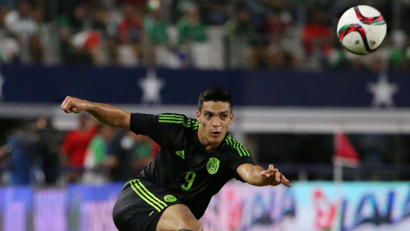 El delantero de la selección mexicana, Raúl Jiménez, ejecuta un remate en un partido ante la selección de argentina en el AT&T Stadium de Arlington, el 8 de septiembre de 2015.