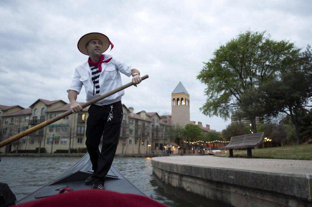 Greg Mohr, dueño de Gondola Adventures, sobre el Lake Carolyn. Una aventura en góndola está demostrando ser popular en un momento extremadamente inusual.