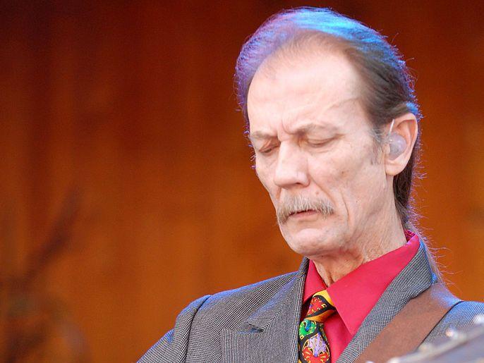 """Tony Rice sufrió un trastorno muscular y tenía """"codo de tenista"""", los que limitaron sus habilidades como guitarrista de bluegrass."""