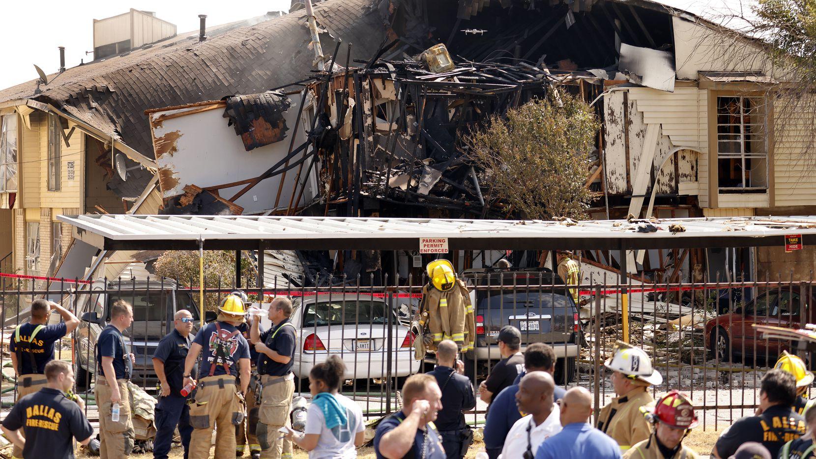Los bomberos llegaron poco antes de una explosión de gas en un complejo de apartamentos en el sureste de Dallas. Se reportaron siete personas heridas.