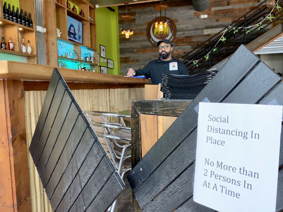 Kirk Richards, director de área en el bar The Island Spot, afirmó que ellos sí quisieran abrir este fin de semana, pero no saben si podrán hacerlo porque hay que acomodar muchas cosas para poder hacerlo, como conseguir el escaso gel antibacterial y marcar los lugares de distanciamiento social en el piso.