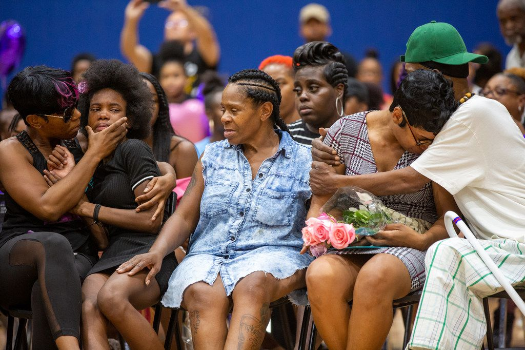 Sontravia Elder (second from right) and her immediate family gather to remember the life of her 9-year-old daughter, Brandoniya Bennett, at the Roseland Townhomes on Aug. 16, 2019. Bennett was killed when someone fired into an apartment Wednesday in Old East Dallas, police say.