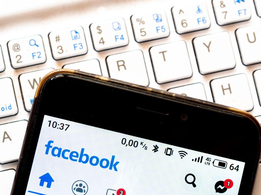 La aplicación de Facebook en un teléfono celular.