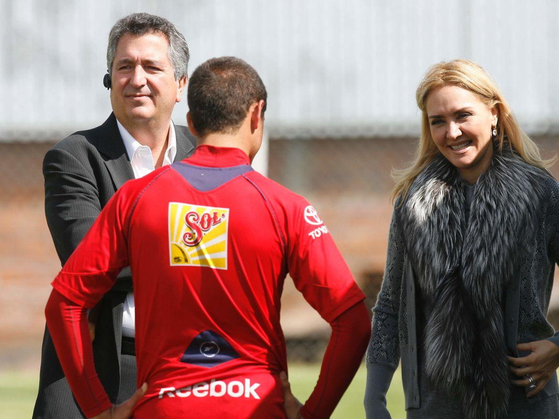 Jorge Vergara y Angelica Fuentes platican con Javier 'Chicharito' Hernández cuando el jugador pertenecía a Chivas de Guadalajara.