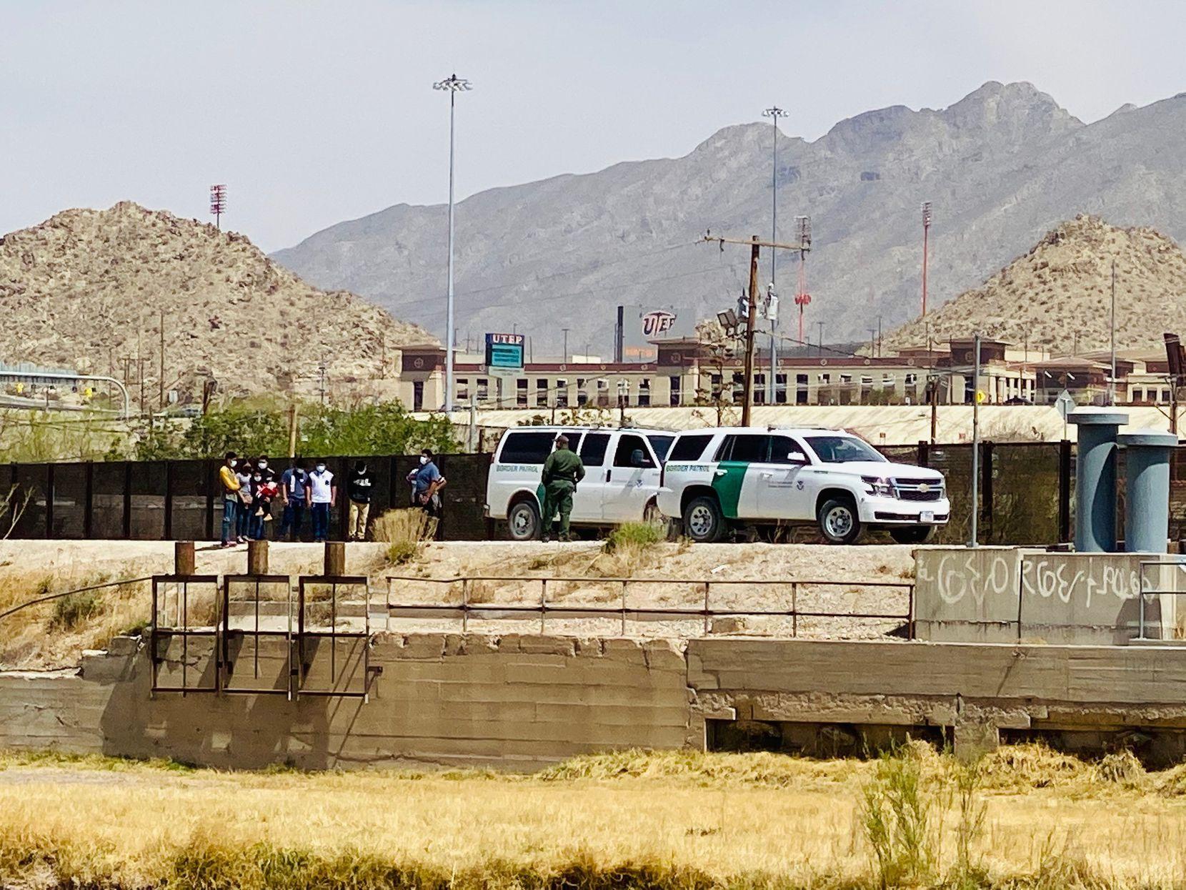 Agentes de la Patrulla Fronteriza interceptaron el 5 de abril a un grupo de migrantes que cruzó el Río Grande desde Ciudad Juárez, México para llegar a El Paso, Texas.