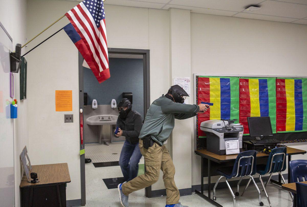 Dos agentes de seguridad toman parte de entrenamiento para neutralizar a un atacante con pistola en la escuela  Windermere Elementary en  Pflugerville, Texas. (Thao Nguyen/Special Contributor)