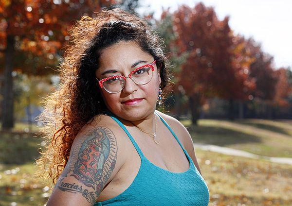 Yesenia Hernández, de 32 años, muestra su tatuaje de la Virgen de Guadalupe. Su tratuaje es un tributo a su madre. (BEN TORRES/ESPECIAL PARA AL DÍA)