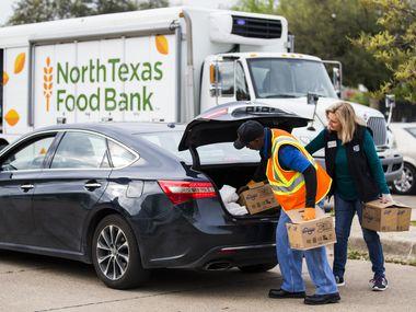Cientos de carros han hecho fila en los distintos eventos de entrega de alimentos del North Texas Food Bank en las últimas semanas.