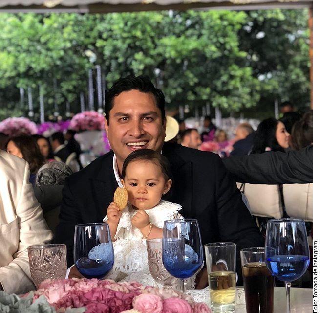 Con una sonrisa, Julión Álvarez confirmó que será papá por segunda vez. El intérprete de norteño banda hizo un enlace en vivo desde Culiacán, a donde viajó para participar en un evento en apoyo a la mujer que busca salir adelante. (AGENCIA REFORMA)