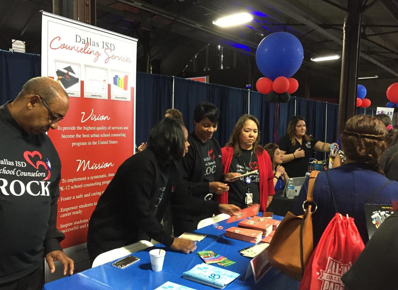 Más de 100 organizaciones comunitarias y departamentos del distrito escolar de Dallas participaron de la feria para padres en el Centennial Building de Fair Park. (AL DÍA/ANA AZPURUA)