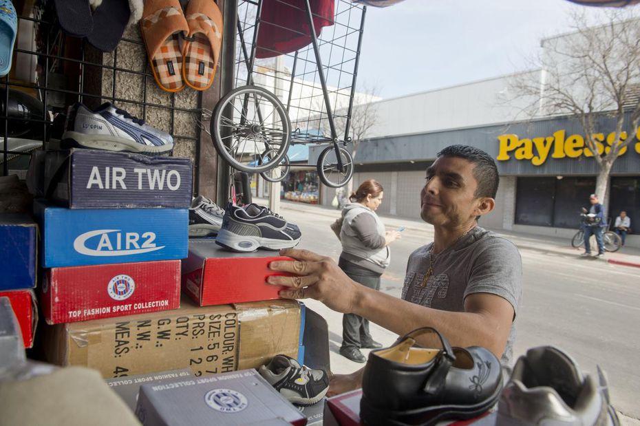 Fotografía de 2019 de una persona no identificada, residente de Nuevo Laredo, en una tienda de zapatos en Laredo, Texas.
