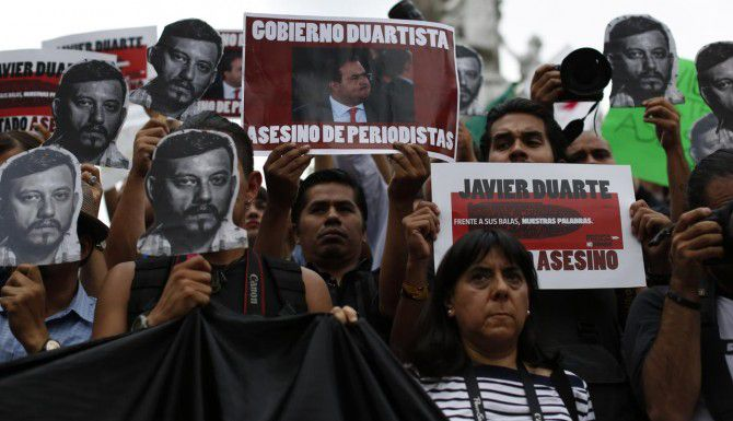 Activistas y periodistas protestan por el asesinato de Rubén Espinosa en la Ciudad de México. (AP/DARÍO LÓPEZ MILLS)