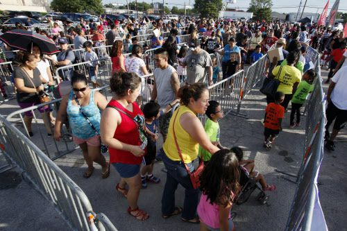 Miles de personas llegaron para recibir útiles gratis, además de otros beneficios. BEN TORRES/AL DÍA
