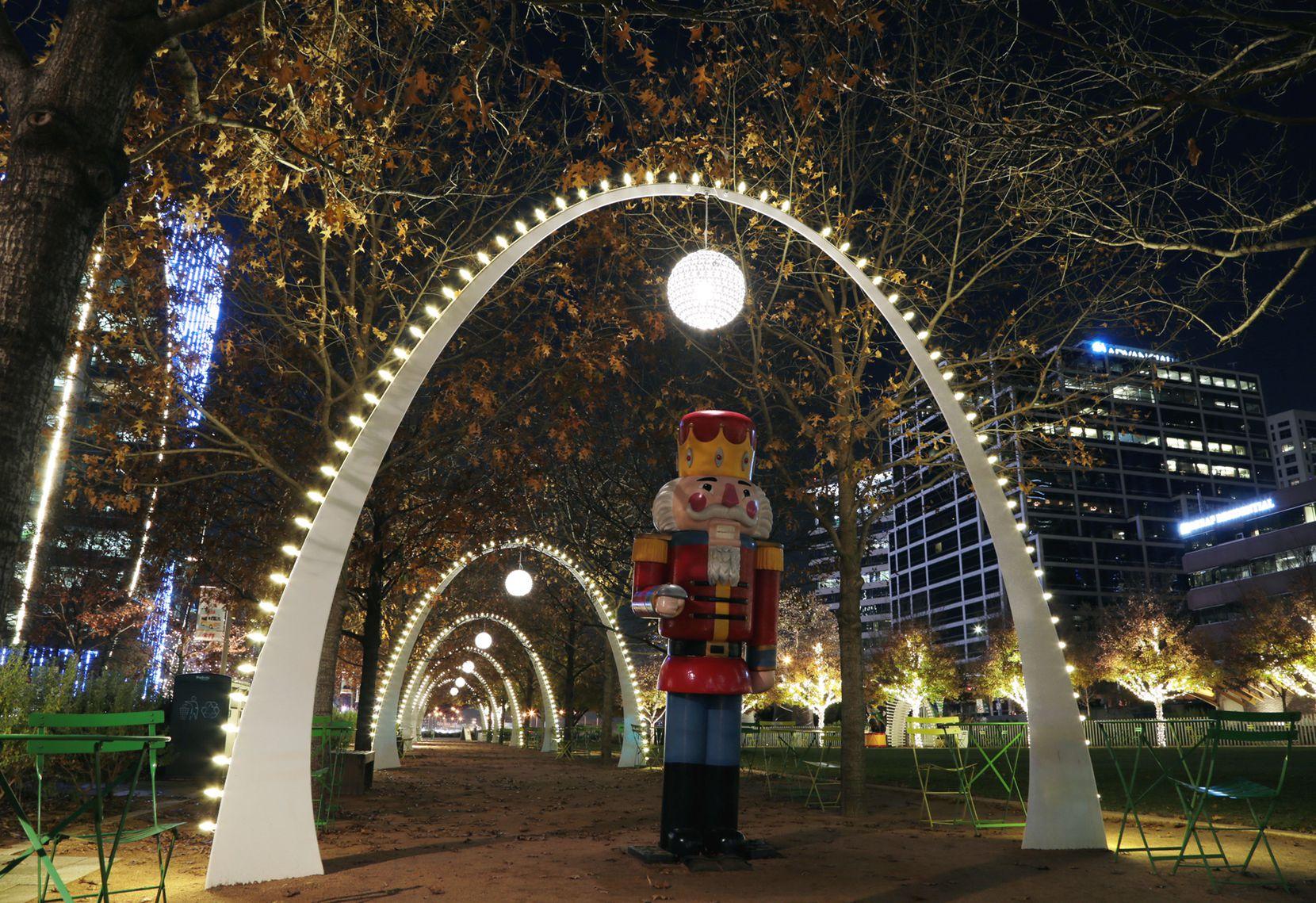 Lucecitas navideñas en Klyde Warren Park de Dallas, en diciembre de 2020.