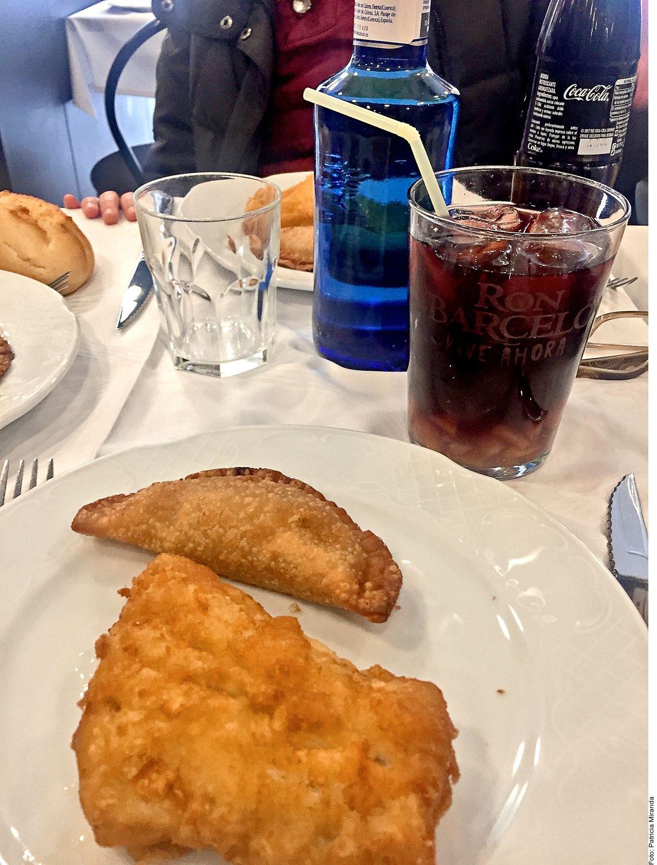 Sangrías y tajada de bacalao puede ser un gran platillo para degustar en Madrid, España, encuéntralo en La Traviesa, Calle de Toledo.