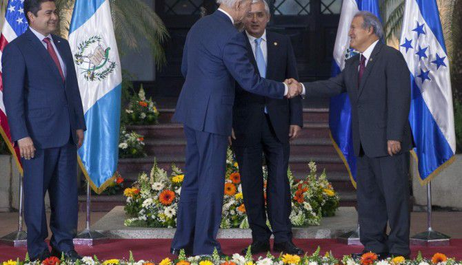 El vicepresidente de Estados Unidos, Joe Biden (de espaldas), durante el encuentro con los presidentes Jual Orlando Hernánfez (izq), de Honduras, Otto Pérez Molina (centro), de Guatemala, y Salvador Sánchez, de El Salvador, en Guatemala. (AP/LUIS SOTO)
