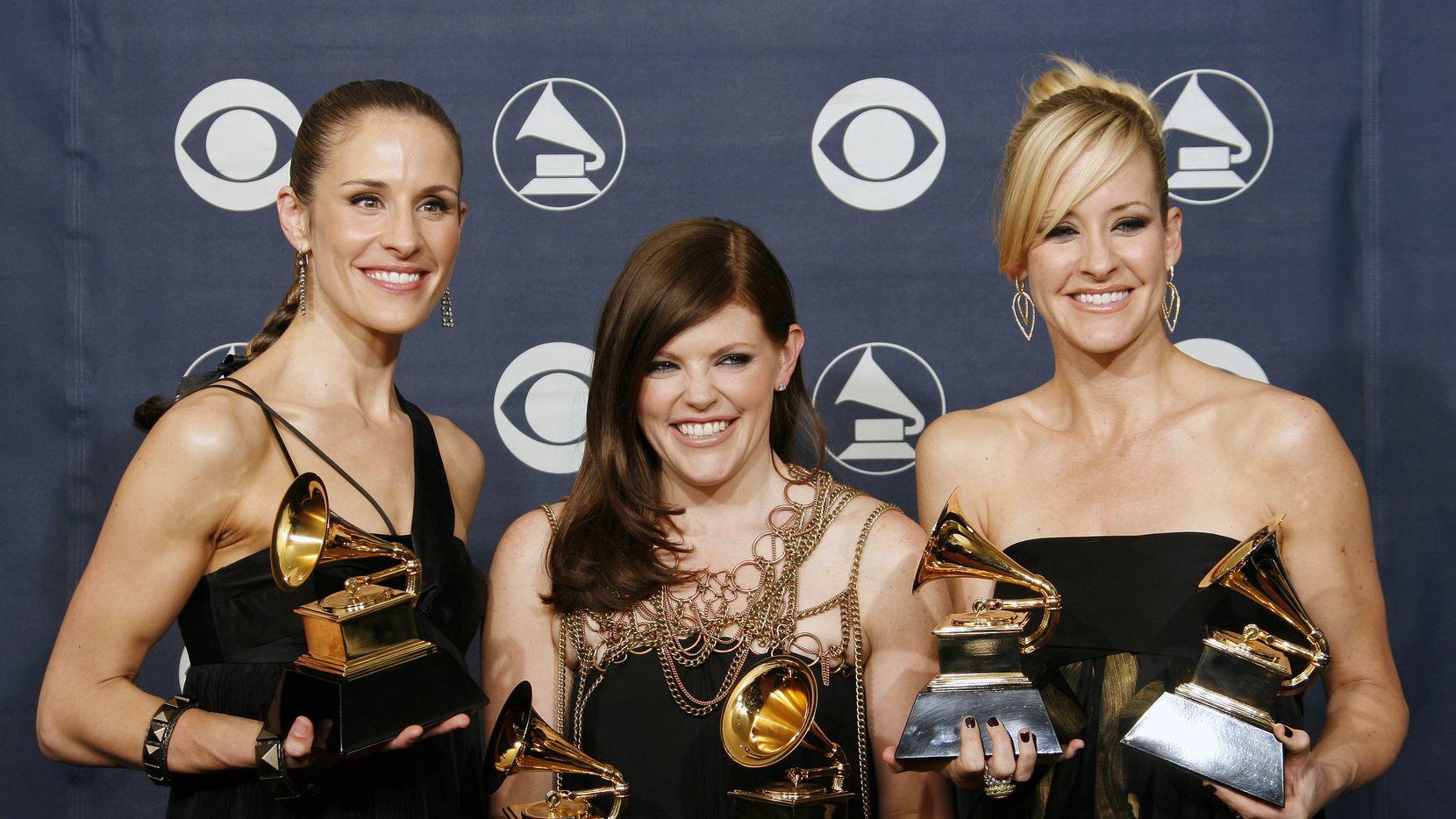 Emily Robison, izq., Natalie Maines, centro, y Martie Maguire de las The Dixie Chicks. El grupo retiró la palabra Dixie de su nombre, y ahora se llama simplemente The Chicks