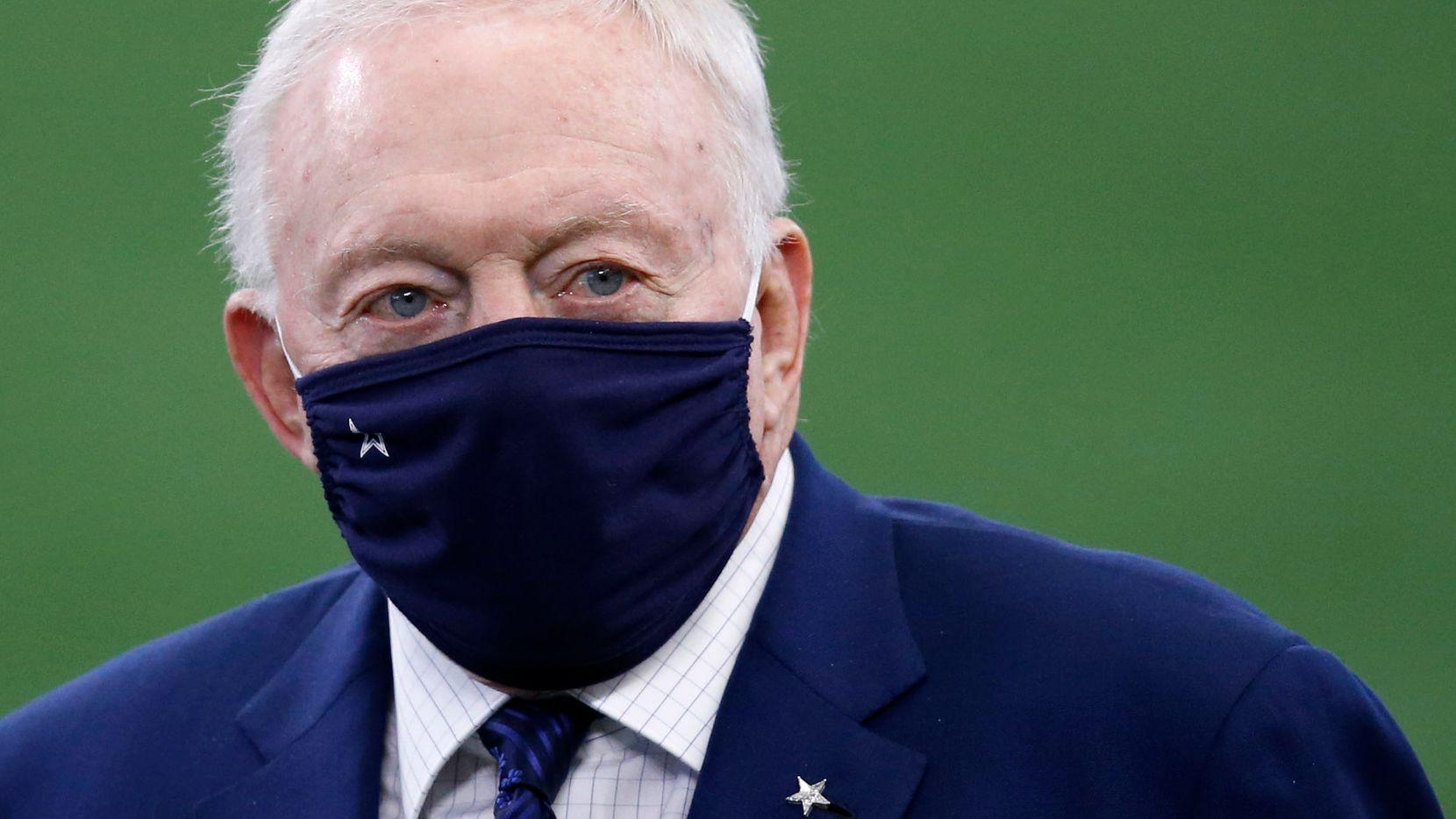 El dueño de los Dallas Cowboys, Jerry Jones, antes del juego contra los Cleveland Browns, el 4 de noviembre de 2020 en el AT&T Stadium de Arlington.