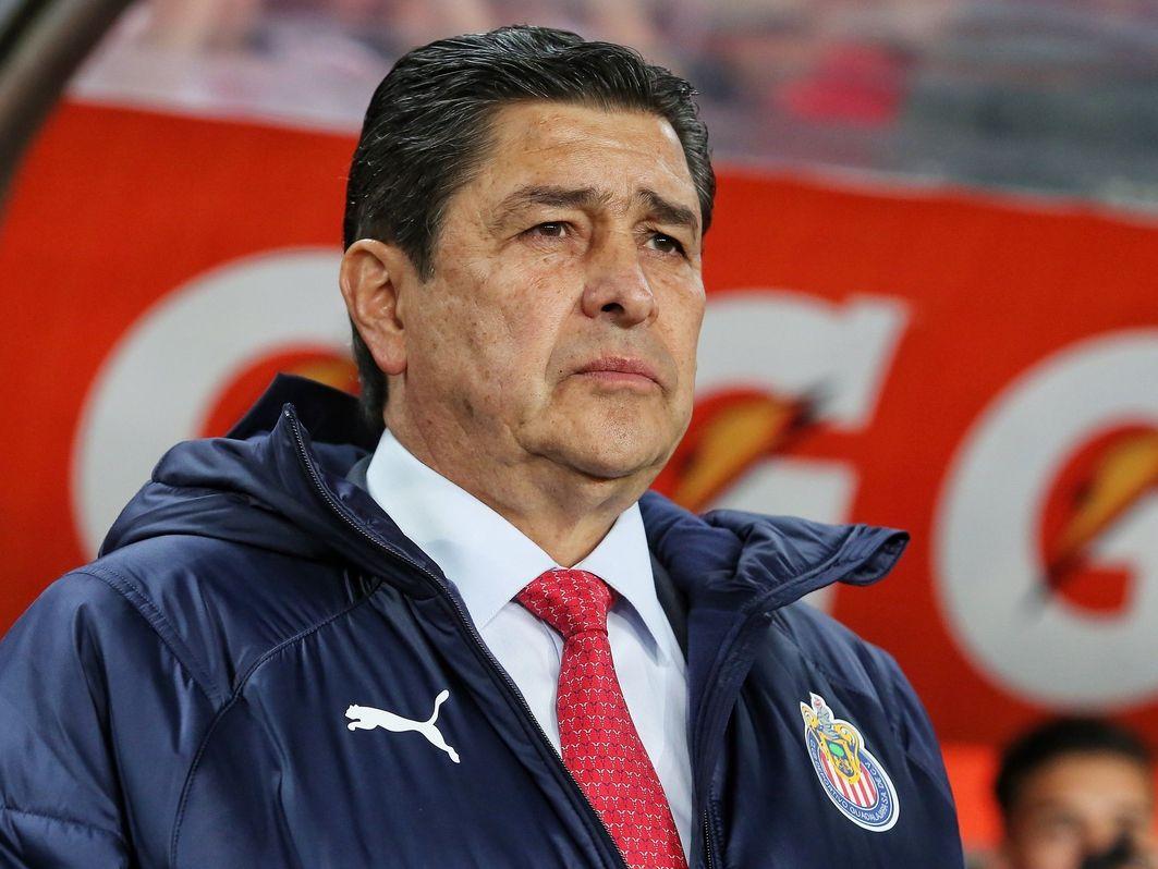 El técnico de Chivas de Guadalajara, Luis Fernando Tena, dio positivo a covid-19.