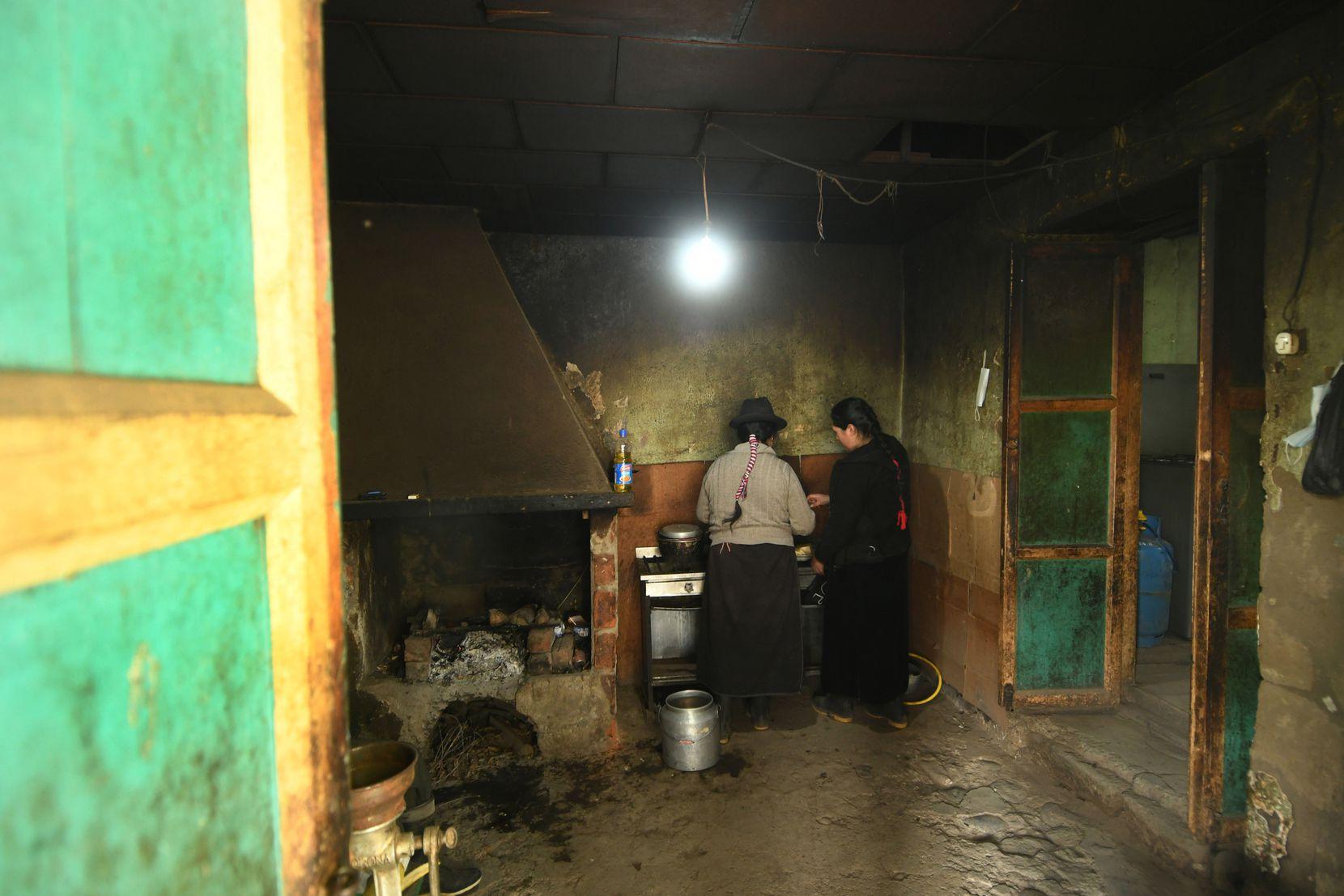 María, de 51 años y su hija Estefanía de 21 años, preparan comida en la cocina de su casa en la provincia de Chimborazo en Ecuador.