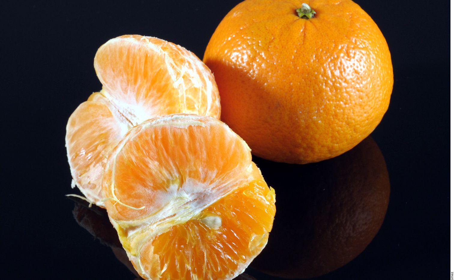 Epecialistas aconsejan invitar al menú alimentos con propiedades antioxidantes, antivirales y bactericidas, es decir, que contengan vitamina C, B y A, como el limón, naranja, mandarina, kiwi y la granada.AGENCIA REFORMA.