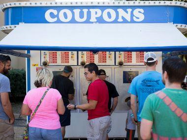 De eerste stop op elke Texas State Fair-cruise, na het betreden van de poort?  Bon kraam.  Vanaf 2021 is elke voucher $ 1 waard, geen 50 cent.