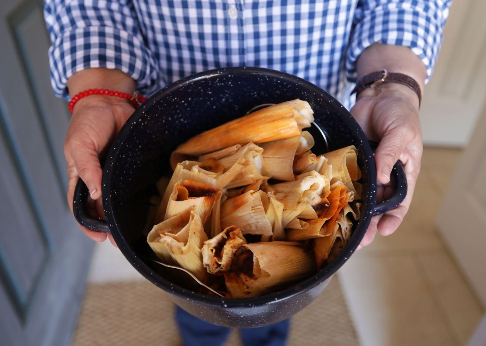 Mely Martinez montre ses tamales maison chez elle à Frisco