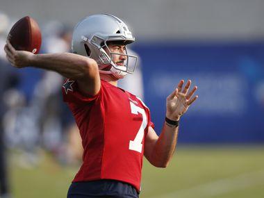 El mariscal de los Dallas Cowboys, Ben DiNucci, lanza un pase en la práctica del equipo del 16 de agosto de 2020 en The Star de Frisco.