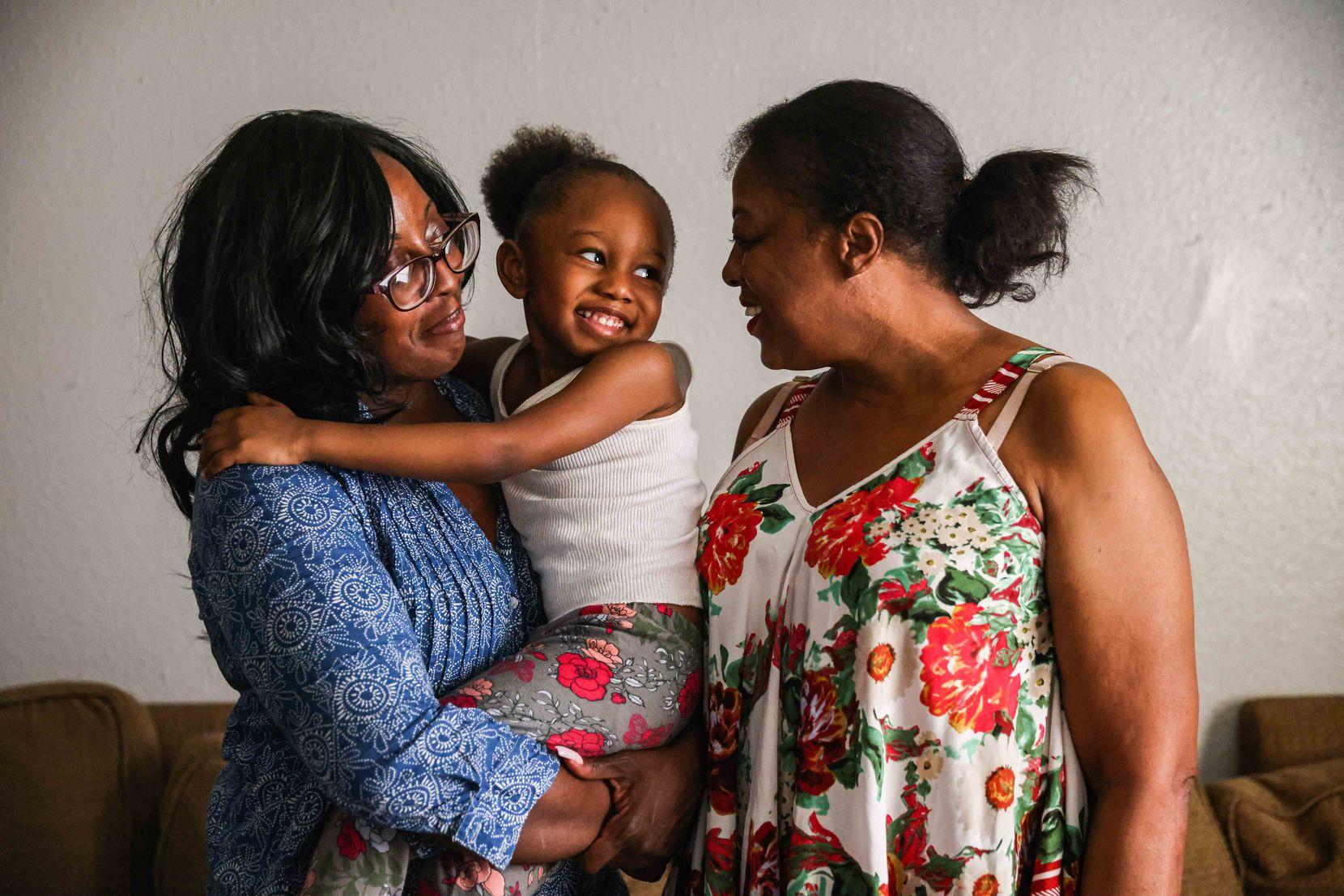 Misha LaMarche, de 33 años, junto a su hija Suggah Lamarche, de 4, y su madre, Cheryl Green, de 58, en la sala de su casa. Su rentero finco una demanda para desalojarla y, por ello, intenta conseguir ayuda a través de CitySquare.