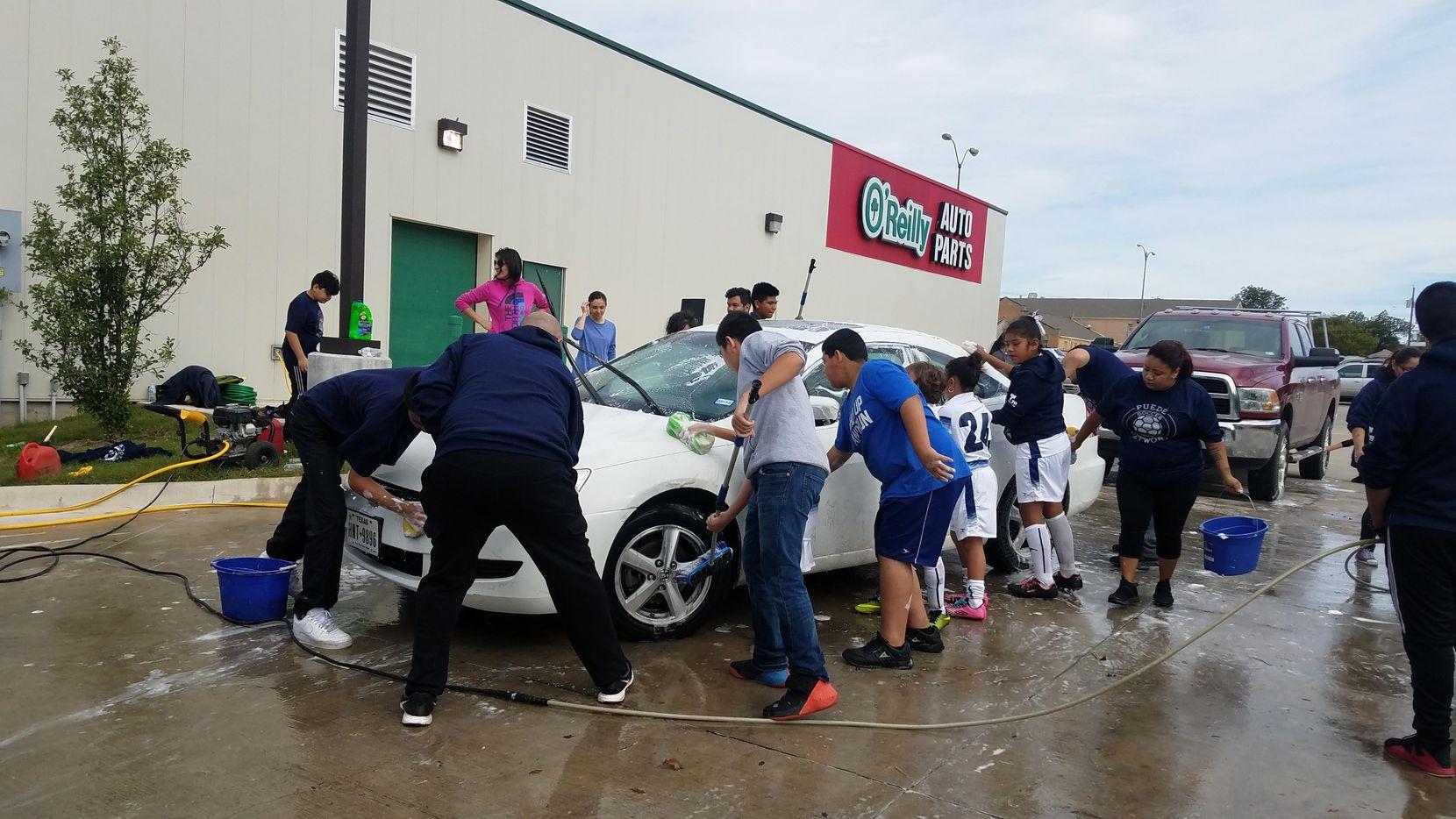 Voluntarios de Puede Network realizaron una recaudación de fondos para ayudar a un entrenador de futbol que fue arrestado por ICE. (ESPECIAL PARA AL DÍA/LOURDES VÁSQUEZ)