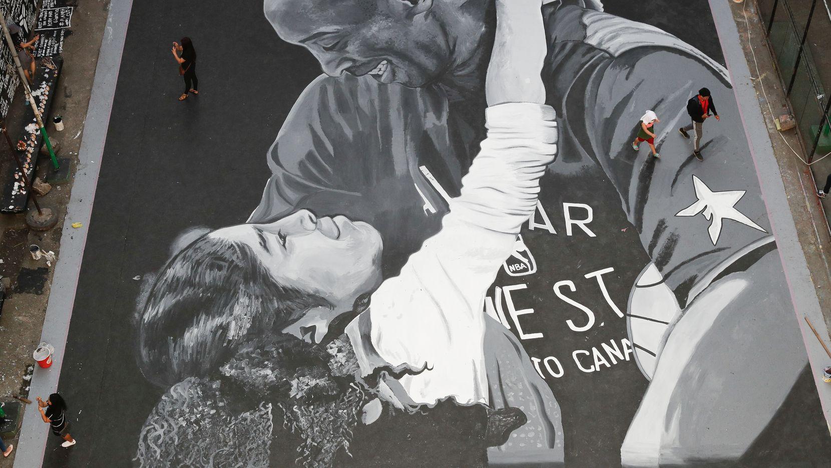 Un dibujo de Kobe Bryant y su hija Gianna fue realizado en una cancha urbana de basquetbol en una calle de Manila, Filipinas.