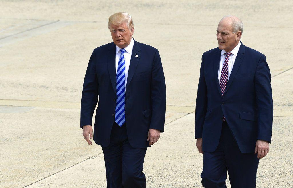 Presidente Donald Trump y el jefe de despacho John Kelly se dirigen hacia el avión presidencial en la base aérea Andrews, Maryland, EEUU, 4 de mayo de 2018. (AP Foto/Susan Walsh)