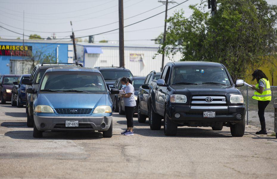 Cientos de vehículos hicieron fila por más de tres horas para recibir alimentos donados por el North Texas Food Bank en Bachman Lake Together, el jueves, en el sector de Love Field, en Dallas.