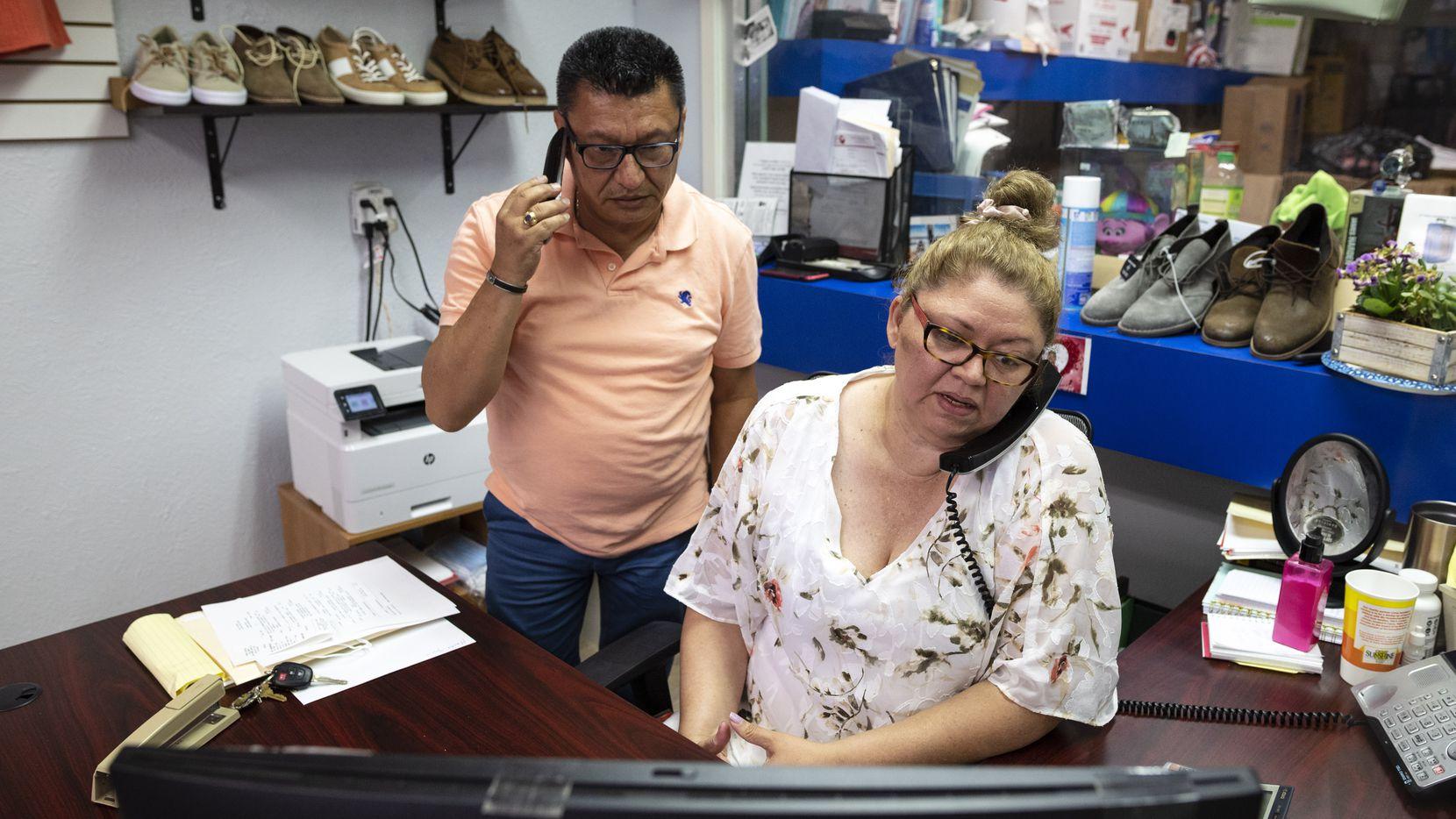 Cristóbal Ortega (izq.)y su esposa Mayra García, dueños de Hispano Travel y MEC Fashion, hablan con clientes acerca de sus planes de viaje a Latinoamérica. El negocio se ha recuperado en un 50 a 60% tras haber tenido que incluso estar cerrado varios meses durante la pandemia.