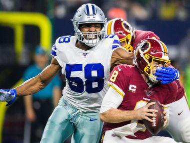 El ala defensivo de los Dallas Cowboys. Robert Quinn (58) , atrapa al mariscal de los Redskins de Washington,Case Keenum, durante un juego efectuado el 29 de diciembre de 2019 en el AT&T Stadium de Arlington.