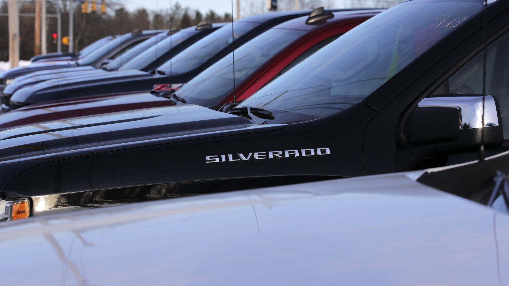 En esta fotografía del 9 de enero de 2020, se muestran unas camionetas pickup Silverado de Chevrolet, en una concesionaria de Derri, Nueva Hampshire. (AP Foto/Charles Krupa)
