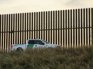 Un vehículo de la Patrulla Fronteriza vigila un sector del muro en la frontera entre el condado Hidalgo, al sur de Texas y Tamaulipas, México