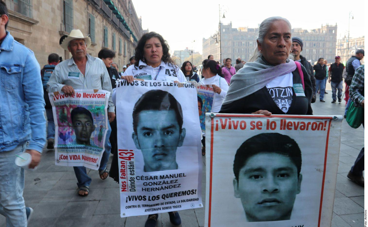 Familiares y amigos piden justicia por la desaparición de 43 normalistas de Ayotzinapa.