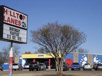 Hilltop Lanes, un salón de boliche en Waxahachie fue uno de los negocios que obtuvo el préstamo PPP en 2020. Ahora el fondo de esos préstamos se ha agotado, pero los negocios pequeños tienen otras opciones.