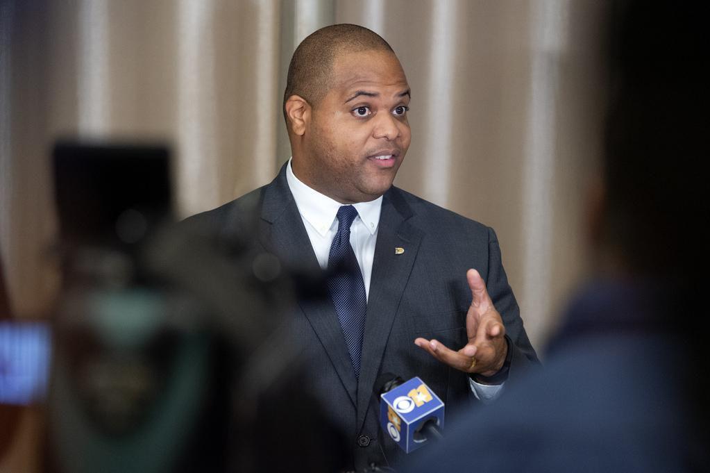 En su primer encuentro con los medios, el alcalde Eric Johnson, tuvo que abordar temas de seguridad, como el tiroteo que se dio en el centro poco antes de su posesión en el cargo. (DMN/JEFFREY McWHORTER)