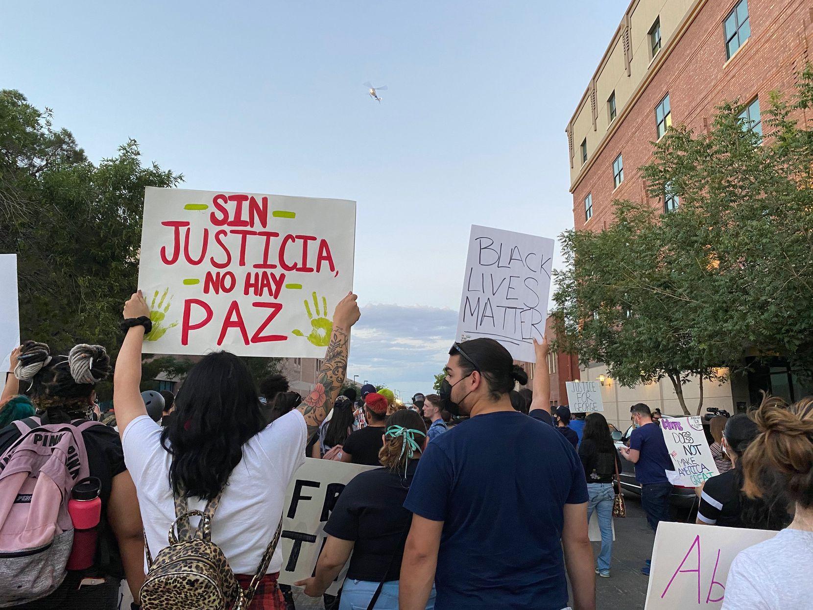 Más de 150 manifestantes pacíficos en El Paso se presentaron el 2 de junio para condenar el asesinato de George Floyd a más de mil millas de distancia, llamando la atención sobre injusticias paralelas en la frontera.