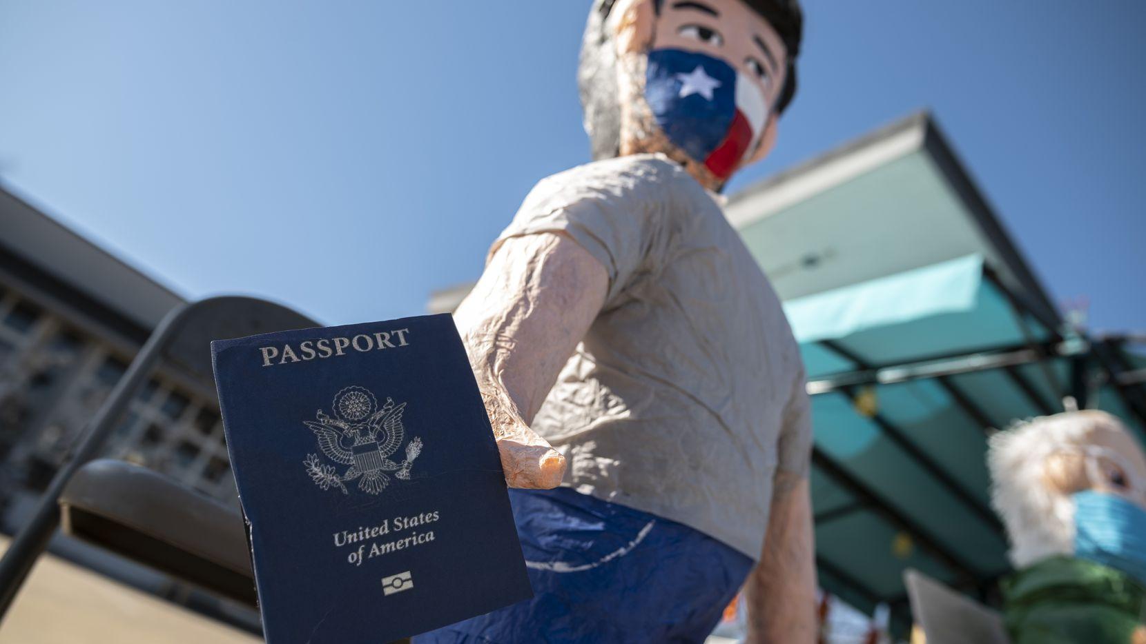 La piñata de Ted Cruz en ABC Party viene con todo y pasaporte.