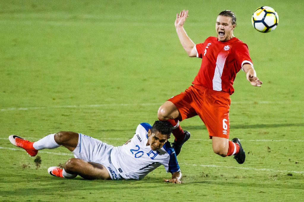 El mediocampista de la selección de Canadá, Samuel Piette (der), recibe una fuerte entrada por parte del jugador de Honduras, Jorge Carlos, en el juego de la Copa Oro, el 14 de julio de  2017 en Frisco, Texas.