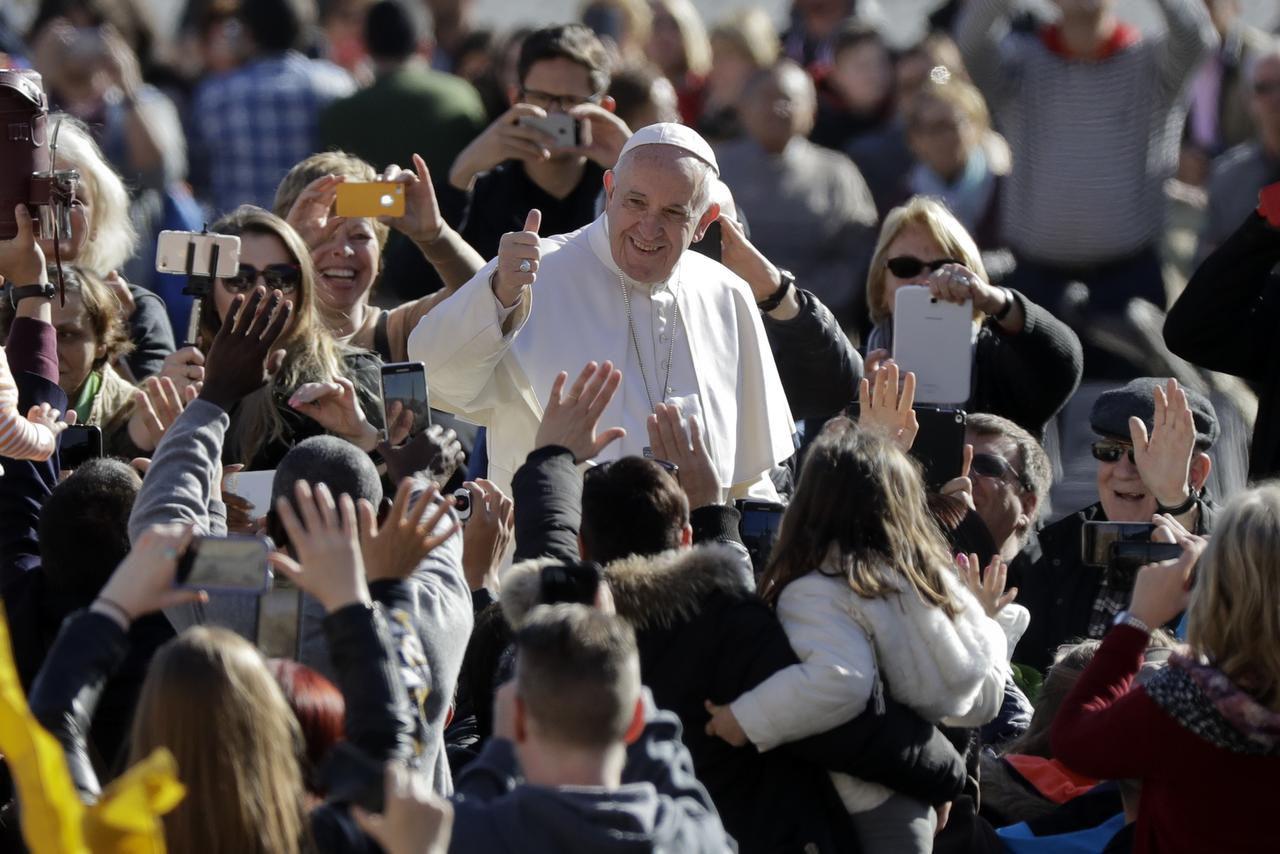 El papa Francisco saluda a los fieles en la Plaza de San Pedro mientras llega a la audiencia semanal el miércoles 1 de marzo de 2017, en el Vaticano. (AP/ANDREW MEDICHINI)