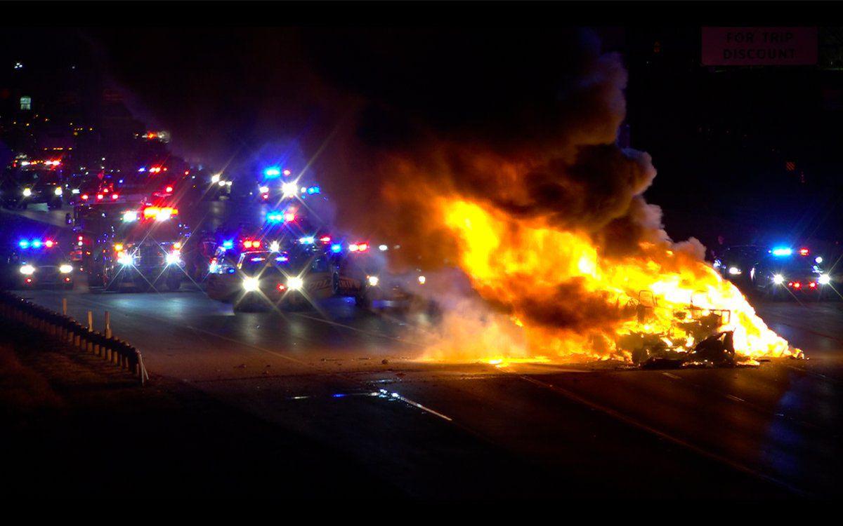 El RV se incendió en la I-30 luego de que un hombre se suicidó. Antes disparó a la madre de sus hijos y liberó a los niños que tenía retenidos.