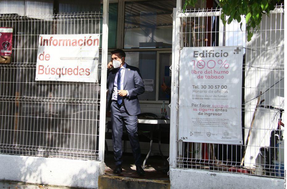 Sergio Mayer acudió al Instituto Jalisciense de Ciencias Forenses para identificar el cuerpo de Xavier Ortiz y apoyar a familiares.