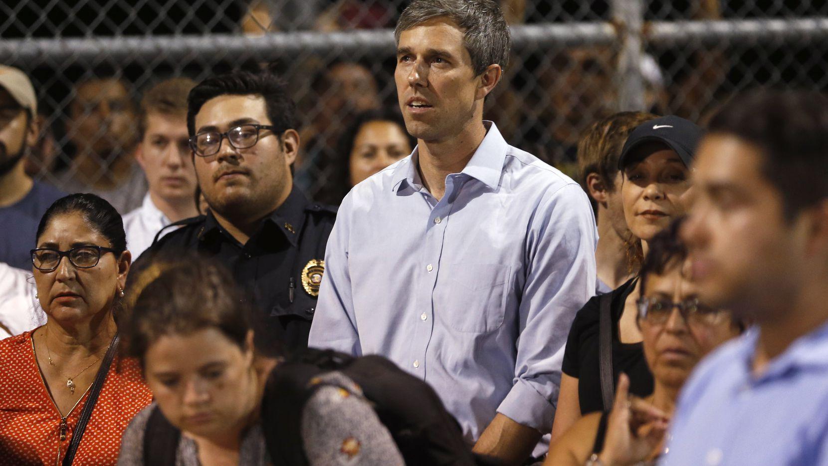 El candidato demócrata Beto O'Rourke participó en una vigilia en un parque para honrar a las víctimas del tiroteo en El Paso.
