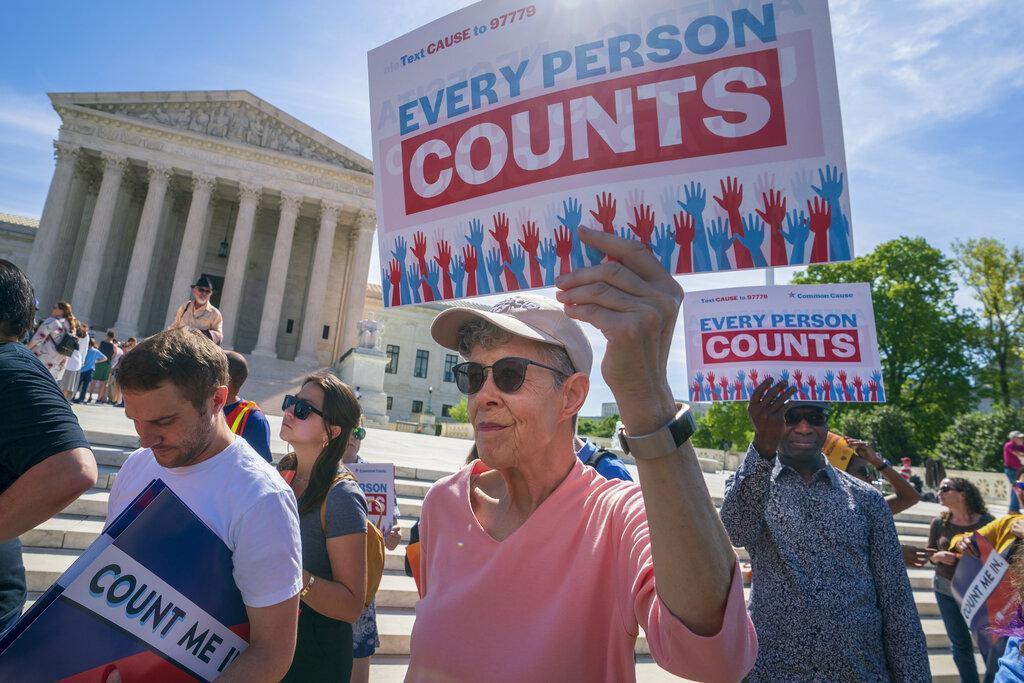 Personas se manifiestan afuera del edificio de la Corte Suprema en Washington, pidiendo que la pregunta sobre inmigración no sea incluida en el censo del 2020. (AP/J. Scott Applewhite)